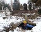 Người đàn ông 15 năm sống trong mộ