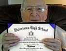Cụ ông 97 tuổi nhận bằng tốt nghiệp sau 80 năm