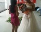 Nam sinh viên mặc váy cầu hôn bạn gái