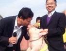 """Hiệu phó """"khóa môi"""" với lợn để giữ lời hứa với học sinh"""