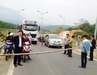 """Dân lại rào đường cao tốc Nội Bài - Lào Cai """"đòi"""" mương thoát nước"""