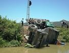 Tàu hỏa hất văng ô tô xuống hồ nước, tài xế thoát chết