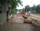 Nghệ An: Nhiều hộ dân trắng đêm tát nước mưa ra khỏi nhà