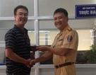 Thiếu tá CSGT nhặt trả lại ví cho người đánh rơi