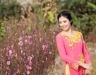 Hoa hậu Ngọc Hân e ấp bên đào hồng
