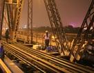 Nướng ngô, đun nước trên… đường sắt cầu Long Biên