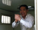 Dương Chí Dũng cười tươi vẫy chào người thân từ xe thùng