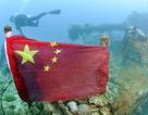 Thợ lặn treo cờ Trung Quốc lên xác tàu chiến Nhật dưới đáy biển