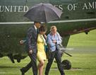 Tổng thống Obama lịch thiệp che mưa cho hai nữ chính trị gia