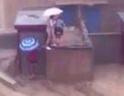 Lũ cuốn phăng 2 người trên nóc nhà tại Thiểm Tây, Trung Quốc