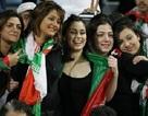 Truyền hình Iran khốn đốn vì... cổ động viên mặc hở hang