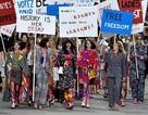 Siêu mẫu diễu hành trên sàn diễn thời trang kêu gọi bình đẳng giới