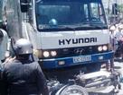 """Xe tải """"ủi"""" 4 xe máy, 4 người gặp nạn"""