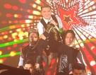 Mr Đàm vừa làm giám khảo, vừa hát sung trên sân khấu Hoa khôi ĐBSCL