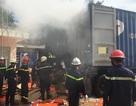 Container bốc cháy ngùn ngụt trong bãi xe