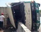 Xe tải chở đất lật nhào trên cầu Phú Mỹ trong cơn mưa nhỏ