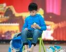 Cậu bé 9 tuổi giải đồng thời 2 khối rubik bằng cả tay và... chân