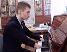 Thiếu niên không tay chơi đàn piano tuyệt hay khiến nhiều người thán phục