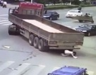 Thoát chết thần kỳ dưới bánh xe tải