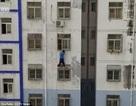 """""""Người nhện"""" dũng cảm tay không leo nhà cao tầng để cứu em bé"""