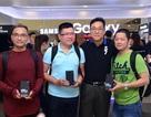 """Tín đồ công nghệ hào hứng """"khui hộp"""" Galaxy S7 trong ngày mở bán"""