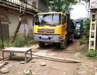 Bức xúc xe chở đất gây bụi, dân mang bàn ghế chắn đường