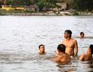 """Người dân thích thú """"giải nhiệt"""" ở bãi tắm miễn phí bên bờ sông Đáy"""