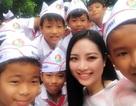 Hoa hậu Ngọc Anh dịu dàng dự lễ khai giảng tại trường cũ