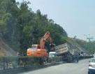Xe chở đất lật giữa cầu Bãi Cháy, đường đi Quảng Ninh tắc nghiêm trọng