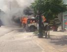 Xe ô tô bốc cháy dữ dội trước trụ sở công an phường