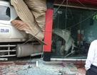 """Nhà 2 tầng có nguy cơ sập sau khi xe container """"chui"""" vào tầng 1"""