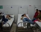 Lật xe chở công nhân, 16 người nhập viện