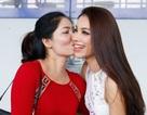 Mẹ Phạm Hương hôn tạm biệt con gái ở sân bay