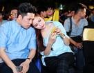 Hoa hậu Diễm Hương mặc áo đôi cùng chồng đi xem đá banh