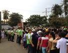 Hàng trăm người chen lấn chờ xin nước ngọt sắp hết hạn sử dụng