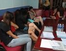 Gần chục tiếp viên ăn mặc khiêu dâm bỏ chạy tán loạn khi nhà hàng bị kiểm tra