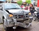 Chờ khám bệnh, 2 cô gái bị xe bán tải đâm trọng thương