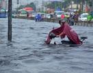 Đường ngập sâu, người dân Sài Gòn hì hục đẩy xe về nhà
