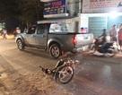 Hàng chục người nâng ô tô giải cứu 2 thanh niên kẹt dưới gầm