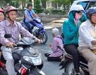 Người đàn ông ngồi giữa đường, chặn xe xin tiền ở Sài Gòn