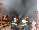 Hơn 100 cảnh sát khống chế vụ cháy giữa khu dân cư