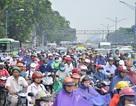 Mưa rả rích cả buổi sáng, đường phố Sài Gòn lại kẹt cứng