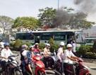 Lửa khói bốc lên ngùn ngụt từ nóc xe buýt trên đường