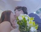 """Cô dâu """"vỡ òa"""" khi bất ngờ được tổ chức đám cưới trên máy bay"""