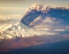 Du khách chia sẻ cảnh núi lửa tỏa khói ngùn ngụt từ cửa sổ máy bay