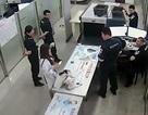 Khách Trung Quốc hắt dung dịch lỏng vào nhân viên hải quan