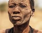 Cuộc sống ở bộ tộc dùng... nước tiểu bò để nhuộm tóc