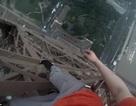"""Du khách Nga """"gây bão mạng"""" khi leo tháp Eiffel không dùng dụng cụ bảo hộ"""