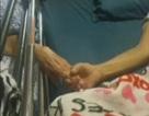 Bên nhau gần 60 năm, cặp vợ chồng nắm chặt tay cùng nhau qua đời