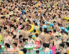 """Hình ảnh bể bơi """"ngột ngạt"""" bởi hàng ngàn người đổ xô xuống nước """"giải nhiệt"""""""